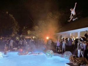 Jóvenes se cuelan en piscina